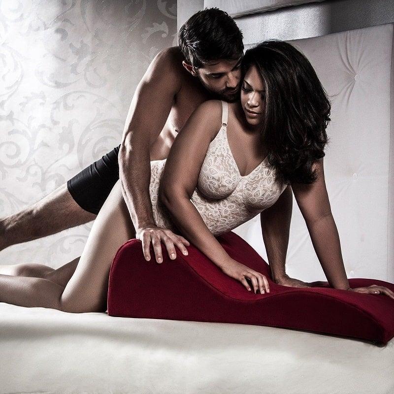 Подушка для секса. Зачем она нужна и как ее использовать?