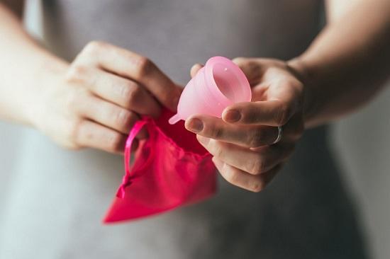 Зачем нужна менструальная чаша? Как ее применять?