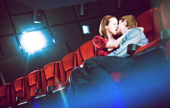 они эротические фото в кинотеатре галереи открыты