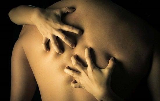 Царапины, синяки и засосы после секса — украшение или неудобство?