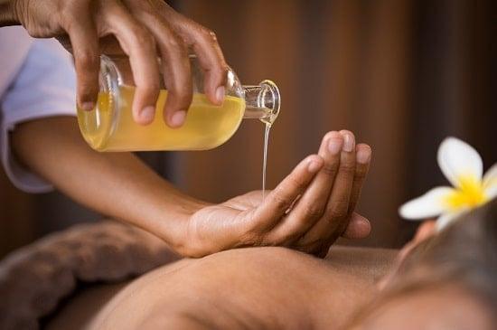 Как правильно использовать масло для эротического массажа