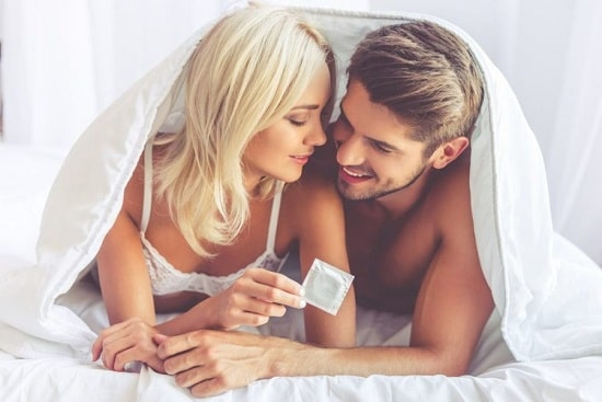 Как сексуально надеть презерватив